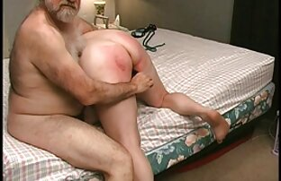 თხელი ქალი იყო დაკავშირებული necc stockings მძინარე და ქათამი უკვე დააყენა ვარდისფერი საფარი.
