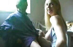 ახალგაზრდა ტაილანდური პირში აღება ლამაზი გოგო და შამფურზე მისი გარეთ.