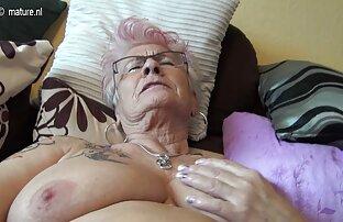 იგი გამოხატავს რძე დიდი პირველი პირის კამერა tits, protruding nipples.